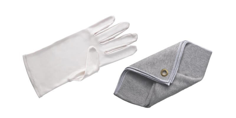 GLOVES AND CLEANING CLOTHS